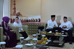 Presiden Jokowi berbincang akrab dengan Prof.K.H. Quraish Shihab saat bersilaturahmi di Pondok Pesantren Bayt Alquran, Pondok Cabe, Pamulang, Tangsel, Jumat (25/1) pagi. (Foto: Deny S/Humas)