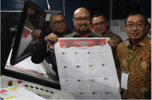 Commissioner of the General Election Commission (KPU) Ilham Saputra shows the 2019 General Election ballot that was printed in Jakarta, Sunday (20/1). (Photo by: Public Relations of the KPU).