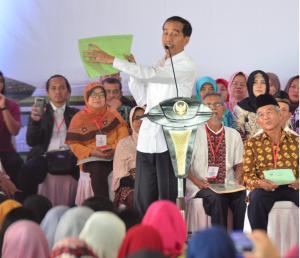 Presiden Jokowi menyerahkan 40.172 sertifikat di Pusat Penerbangan Angkatan Darat, Pamulang, Tangerang Selatan (Tangsel), Jumat (25/1).  (Foto: Deny S/Humas)