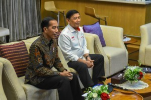 President Jokowi, accompanied by Coordinating Minister for Political, Legal, and Security Affairs Wiranto, makes a teleconference call with former President Prof. Dr. BJ Habibie who is hospitalized in Germany, Monday (14/1). (Photo: JAY/PR)