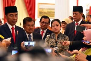 Presiden Jokowi didampingi sejumlah pejabat menjawab wartawan usai pelantikan Kepala BNPB, di Istana Negara, Jakarta, Rabu (9/1) pagi. (Foto: Rahmat/Humas)