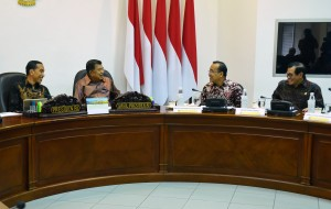 Presiden Jokowi, Wapres Jusuf Kalla, Mensesneg, dan Seskab sama-sama tersenyum saat berbincang sebelum rapat terbatas, di Kantor Presiden, Jakarta, Rabu (23/1) siang. (Foto: Rahmat/Humas)