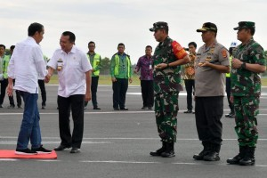 President Jokowi welcomed by Governor of Lampung Muhammad Ridho Ficardo at Radin Inten II Airport, South Lampung, Wednesday (2/1). (Photo by: Bureau of Press, Media and Information).