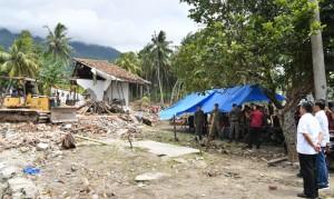 Presiden Jokowi meninjau lokasi yang terkena dampak bencana tsunami Selat Sunda, di Rajabasa, Lampung Selatan, Rabu (2/1) siang. (Foto: Setpres)