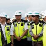 Coordinating Minister for the Economy Darmin Nasution accompanied by a number of high ranking officials inspects construction progress of New Yogyakarta International Airport (NYIA) in Kulon Progo Regency, Yogyakarta, Saturday (19/1). (Photo: EKON)