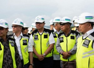 Coordinating Minister for the Economy Darmin Nasution accompanied by a number of high ranking officials inspects construction progress of New Yogyakarta International Airport (NYIA) in Kulon Progo Regency, Yogyakarta, Saturday (19/1). (Photo: EKON)