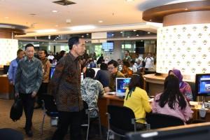Presiden Jokowi meninjau layanan Online Single System di PTSP BKPM, Jl. Gatot Subroto, Jakarta, Senin (14/1) pagi. (Foto: OJI/Humas)