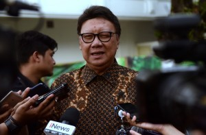 Minister of Home Affairs Tjahjo Kumolo answers reporters' questions after attending a Limited Cabinet Meeting, at the Presidential Office, Jakarta, Tuesday (8/1). (Photo: Rahmat/PR)