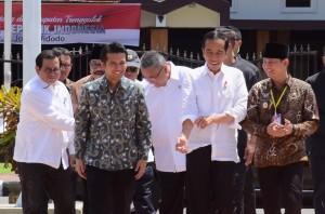 Presiden Jokowi didampingi sejumlah pejabat menghadiri Sosialisasi Prioritas Penggunaan Dana Desa Tahun 2019, di Alun-alun Kabupaten Trenggalek, Jawa Timur, Jumat (4/1) siang. (Foto: OJI/Humas)
