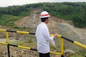 Presiden Jokowi meninjau pembangunan Waduk Bendo, di Ngindeng, Kecamatan Sawoo, Ponorogo, Jawa Timur, Jumat (4/1) siang. (Foto: OJI/Humas)