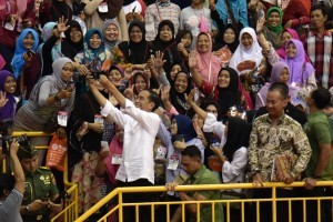 President Jokowi takes a wefie with PKH recipients, at the Ciracas Sports Hall (GOR), East Jakarta, Thursday (10/1). (Photo by: Oji/Public Relations Division)