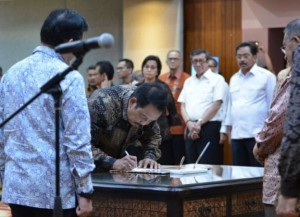 Coordinating Minister for the Economy Darmin Nasution witnesses Edy Putra Irawadi signing minutes of inauguration in Jakarta, Sunday (7/1). Photo by: Coordinating Ministry for the Economy.
