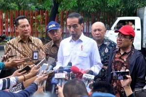 President Jokowi answers questions from the journalists after inspecting Bulog Warehouse in Jakarta, Thursday (10/1). Photo by: Rahmat/PR.