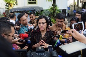 Finance Minister Sri Mulyani Indrawati answers reporters'questions after attending a plenary cabinet meeting, at the State Palace, Jakarta, Monday (7/1). (Photo by: Jay/Public Relations Division)