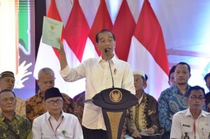President Jokowi attends the distribution of 3,000 land certificates at Cendrawasih Multipurpose Building, Cengkareng, West Jakarta, Wednesday (9/1). Photo by: Deny S/PR.