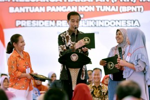 President Jokowi engages in conversation with recipients of PKH, at Graha Insan Cita Bakti Jaya, Sukmajaya, Depok, West Java, Tuesday (12/2). (Photo by : Oji/PR Division)
