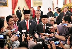 President Jokowi accompanied by First Lady Ibu Iriana, Vice President Jusuf Kalla, and the Vice President's spouse, Ibu Mufidah Jusuf Kalla, responds to reporters' questions at the State Palace, Jakarta, Wednesday (13/2). (Photo by: Jay/PR Division)