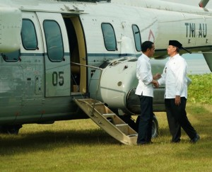 President Jokowi is welcomed by Banten Governor Wahidin Halim upon his arrival in Pandeglang, Monday (18/2). (Photo by: Secretariat of the President)