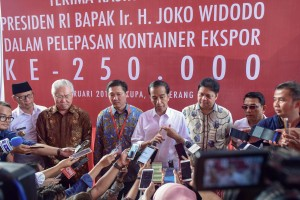 President Jokowi responds to reporters' questions after officiating the shipping of the 250,000th container for exports, in Cikupa, Tanggerang, Banten, Monday (18/2). (Photo by: Agung/PR Division)