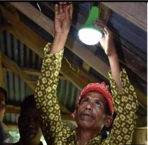 Petugas memasang LTSHE di atap rumahnya di Desa Maudemu, Lamaknen, Belu. (Foto: Kementerian ESDM)