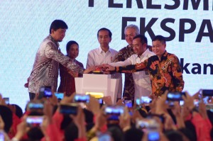 President Jokowi inaugurates Steam-Electric Power Station (PLTU) of Cilacap at Karangkandri, Cilacap, Central Java, Monday (25/2). Photo by: Rahmat/PR