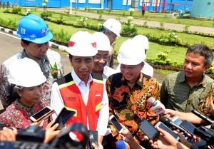 Presiden Jokowi menjawab pertanyaan wartawan usai meresmikan PLTU Cilacap Ekspansi, Desa Kuwasen, Kelurahan Karangkandri, Kecamatan Kesugihan, Kabupaten Cilacap, Jawa Tengah, Senin (25/2). (Foto: Humas/Rahmat)