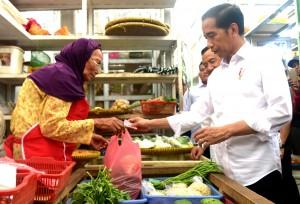 Presiden saat blusukan ke Pasar Pelem Gading, Cilacap, Senin (25/2). (Foto: Humas/Rahmat)