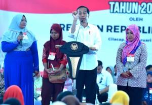 Presiden Jokowi saat membagikan bansos PKH dan BPNT di Kabupaten Cilacap, Jawa Tengah, Senin (25/2). (Foto: Humas/Rahmat)