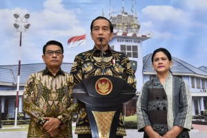 President Jokowi accompanied by First Lady Ibu Iriana and Presidential Chief of Staff Moeldoko delivers a press statement before heading to Singapore, at Halim Perdanakusuma Air Force Base, Jakarta, Thursday (21/2). (Photo by: OJI/ PR Division)