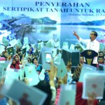 President Jokowi attends the distribution of land certificates to the people at Pasar Minggu Youth Center, South Jakarta, Friday (22/2). (Photo by: Rahmat/ PR Division)