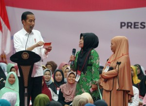 President Jokowi engages in conversation with a recipient of PKH and BPNT, at Laga Tangkas Sport Hall, Bogor, West Java, Friday (22/2). (Photo by: Anggun/ PR Division)