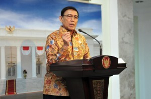 Coordinating Minister for Political, Legal, and Security Affairs Wiranto delivers his press statement after a Limited Meeting, at the Presidential Office, Jakarta, Tuesday (26/2). (Photo by: Jay/PR)