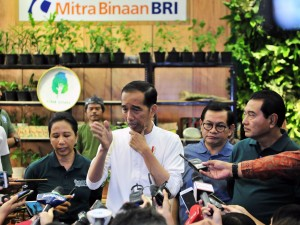 President Jokowi, accompanied by Cabinet Secretary Pramono Anung and State-owned Enterprises Minister Rini Soemarno, responds to reporters' questions after opening the 2019 Green Festival, at the JCC Jakarta, Thursday (31/1). (Photo by : Jay/PR Division)