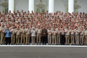 President Jokowi poses for a group photo with participants of the 2019 National Working Meeting (Rakernas) of Ministry of ATR/BPN, in front of the Merdeka Palace, Jakarta, Wednesday (6/2). (Photo by: Rahmat/ PR Division)