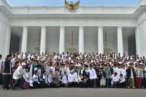 Presiden berfoto bersama usai pertemuan dengan para Kiai/Habib se-Jadetabek, di Istana Negara, Jakarta, Kamis (7/2). (Foto: Humas/Fitri)