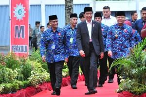 Presiden Jokowi disambut Ketua Umum PP Muhammadiyah saat hadir di Sidang ke-51 Tanwir Muhammadiyah, di Bengkulu, Jumat (15/2) pagi. (Foto: JAY/Humas)