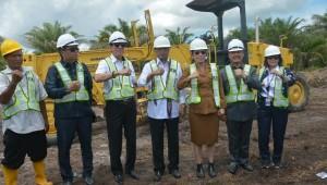 Menhub Budi K. Sumadi melakukan pencanangan pembangunan bandara baru, di Singkawang, Kalbar, Senin (18/2). (Foto: Humas Kemenhub)