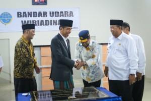 Presiden Jokowi menyalami Menhub Budi K. Sumadi usai menandatangani prasarasi peresmian terminal penumpang Bandara Wiriadinata Tasikmalaya, Jawa Barat, Rabu (27/2) siang. (AGUNG/Humas)