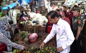 Presiden Jokowi membeli buah kedondong saat blusukan di pasar tradisional Pasar Minggu, Jumat (22/2) pagi. (Foto: Setpres)