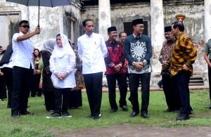 Presiden Jokowi didampingi Ibu Negara, Seskab, dan Gubernur Jatim mengunjungi Benten Van den Bosch, di Kab. Ngawi, Jatim, Jumat (1/2) siang. (Foto: Rahmat/Humas)