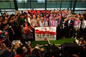 Timnas U-22 yang baru saja menjuarai Piala AFF langsung menerima bonus dari Menpora, yang diserahkan setibanya Timnas di Bandara Soekarno Hatta, Tangerang, Banten, Rabu (27/2) malam. (Foto: Humas Kemenpora)