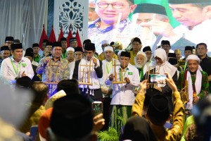 President Jokowi plays angklung to mark the opening of the National Ulema Council and the 2nd General Conference of Nadhlatul Ulama (Photo by: Oji/PR).