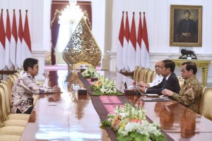 President Jokowi, accompanied by Cabinet Secretary Pramono Anung and Coordinator of Special Staff to the President Teten Masduki, meets with CEO of Bukalapak Achmad Zaky at the Merdeka Palace, Jakarta, Saturday (16/2). Photo by: Oji/PR.