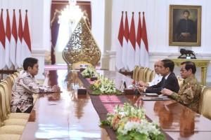 Presiden Jokowi didampingi Seskab dan Kordinator Staf Khusus menerima CEO Bukalapak Achmad Zaky, di Istana Merdeka, Jakarta, Sabtu (16/2) siang. (Foto: OJI/Humas)