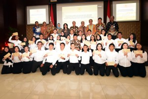 Menseneg Pratikno bersama para pejabat lainnya berfoto bersama 34 CPNS Setkab, usai penyerahan SK di Aula Gedung IIII Kemensetneg, Jakarta, Kamis (28/2) pagi. (Foto: Rahmat/Humas)