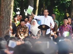 Presiden Jokowi menyerahkan SKI perhutanan sosial untuk 8.900 KK, di Cianjur, Jabar, Jumat (8/2) pagi. (Foto: Rahmat/Humas)