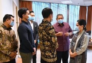 Presiden Jokowi dan Ibu Negara berbincang dengan SBY saat menjenguk Ibu Ani Yudhoyono, di Singapura, Kamis (21/2) kemarin. (Foto: Setpres)