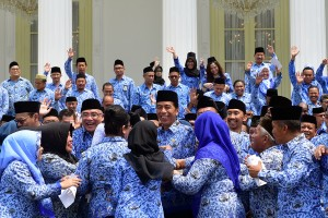 President Jokowi laughs when swarmed by KORPRI members who want to shake hands with the President, at the Merdeka Palace, Jakarta, Tuesday (26/2). (Photo: Agung/PR)