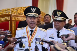 Gubernur Riau Syamsuar didampingi Wagub Edy Nasution menjawab wartawan usai pelantikan dirinya, di Istana Negara, Jakarta, Rabu (20/2) pagi. (Foto: OJI/Humas)