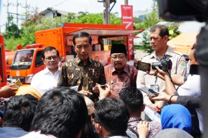 President Jokowi answers reporters' questions, at JX International Exhibition, Surabaya, East Java, Saturday (2/2). (Photo by: Fitri/Public Relations).